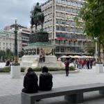 Razbojnici pokušali da opljačkaju deku na Trgu: Kada je hteo da im da i ono malo što ima, naišle su ONE