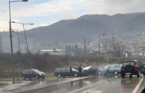 LANČANI sudar na kružnom toku u Prijepolju: Vozio u suprotnom smeru, pa napravio HAOS (FOTO)