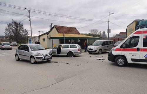 Lančani SUDAR u Čačku: Jedna osoba povređena, do udesa došlo prilikom uključivanja na glavni put (FOTO)