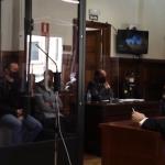 """Igor Srbin osuđen za trostruko ubistvo: Saslušao presudu u NEPROBOJNOM """"KAVEZU"""" od pleksiglasa (VIDEO)"""
