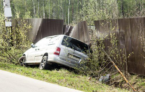 Nišlija MRTAV PIJAN vozio, pa razvalio ogradu kuće: Protiv vozača biće podneta prekršajna prijava