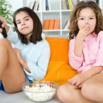 Naučnici upozoravaju: Više od TRI SATA gledanja televizije dovodi do gojaznosti dece