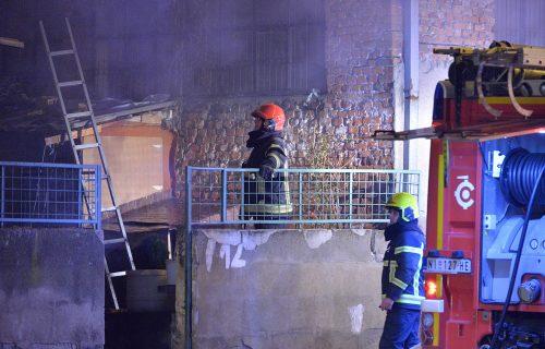 Jutro nakon POŽARA u Nišu: Očajni ljudi gledaju u zgarište svojih domova, vatra i dalje tinja (FOTO)