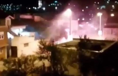 Strašne scene u Mostaru: Huligani brutalno napali civile, pucnjevi i baklje zaledili ceo grad (VIDEO)