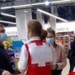 ŠOK scena u prodavnici: Ljudi su ostali u NEVERICI kada su videli šta piše na leđima radnice (FOTO)