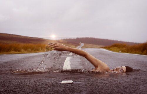 Snovi na koje morate da obratite pažnju: Šta ZAISTA znači kada sanjate put, kosu, vodu ili da ste goli?