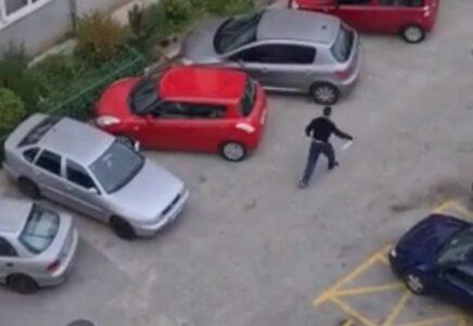 Drama u Splitu: Mladić naoružan NOŽEM šetao po ulici, policija ga jedva savladala (VIDEO)