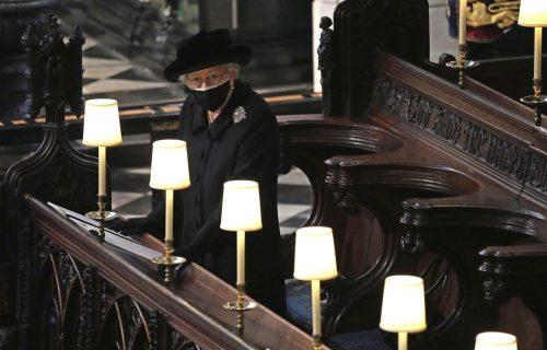 PRVE FOTOGRAFIJE kraljice u suzama: Elizabeta uplakana ispraća supruga Filipa (FOTO)