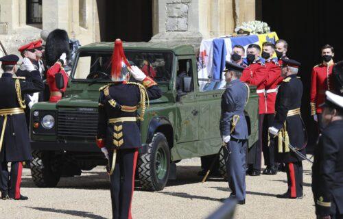 INCIDENT tokom sahrane princa Filipa: Žena bez majice trčala ispred zamka Vindzor