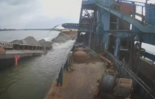 Barža se prepolovila kod Smedereva, pa potonula: Povređen mornar u nesreći na Dunavu