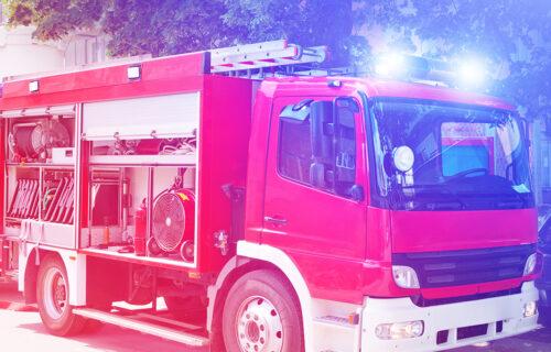 Vatrogasci SEKLI krov da dođu do vozača: Težak SUDAR kod Rume - u udesu učestvovala četiri vozila