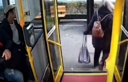 Sudar je bio neminovan: Izašla iz autobusa pravo na vozača skutera i polomila kuk (VIDEO)