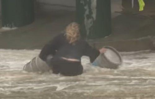 Ima svoje prioritete: Žena usred oluje skočila u okean da spasi dva bureta PIVA (VIDEO)
