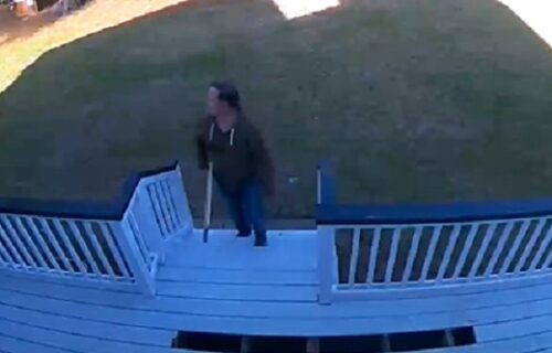 Hteo da impresionira ženu, pa rešio da sredi prilaz kući: U narednom trenutku video je sve zvezde (VIDEO)