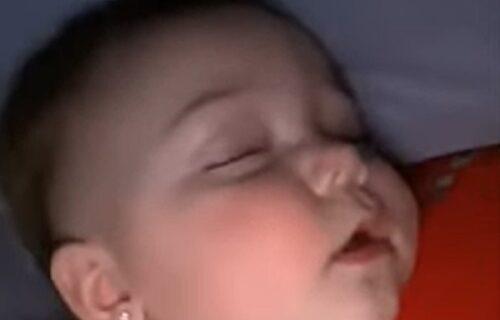 """""""Hoću tortu"""": Roditelji snimili preslatku devojčicu kako priča u snu i razmišlja o psu (VIDEO)"""