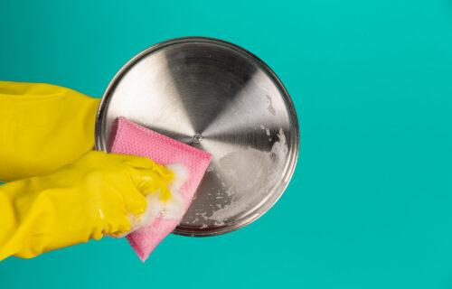 Prljavo POSUĐE postaće prošlost: 3 načina da u SEKUNDI uklonite uporne mrlje na šerpama