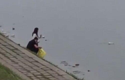 """""""Treba ih kazniti!"""" Skandalozan snimak iz Novog Sada: Pogledajte šta su uradili momak i devojka (VIDEO)"""