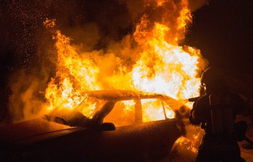 Haos u Leskovcu: IZGOREO automobil tokom vožnje