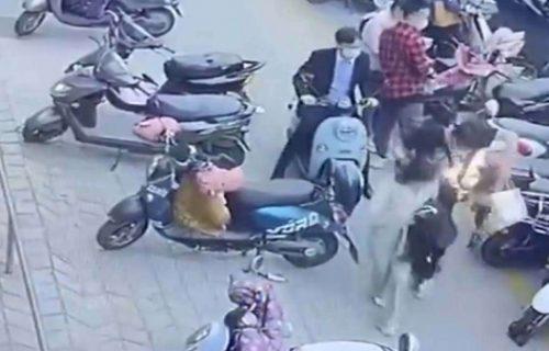 Zaradio je opekotine: Šetao sa devojkom, kad mu se iznenada u torbi ZAPALIO telefon (VIDEO)