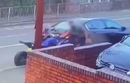 Izveo je salto u vazduhu: Vozač kvada naleteo na auto i u letu je gledao smrti u oči (VIDEO)