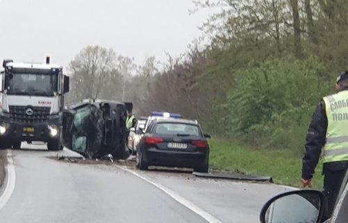 Teška NESREĆA na putu Ruma-Šabac: Od siline UDARCA vozilo se okrenulo na bok (FOTO)
