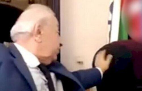 Skandal nad skandalima: Poznati političar tokom video sastanka PIPAO asistentkinju po ZADNJICI (VIDEO)