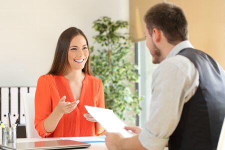 Kada razgovarate sa nekim i iznosite svoje mišljenje, koristite 10 TRIKOVA da biste zvučali UBEDLJIVO