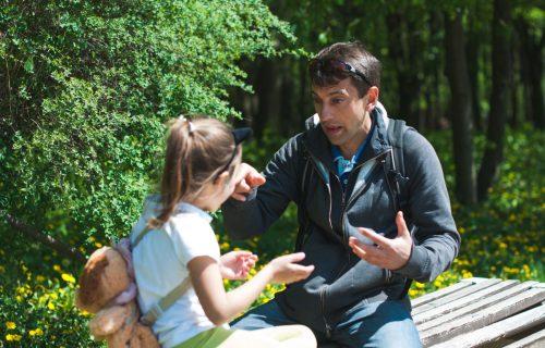 Otac i ćerka sedeli u parku kada je prišla NEPOZNATA žena: Ostavila je PORUKU i promenila im život