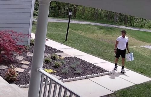 Dostavljač pred kućom na betonu ugledao staru igru i vratio se u detinjstvo (VIDEO)