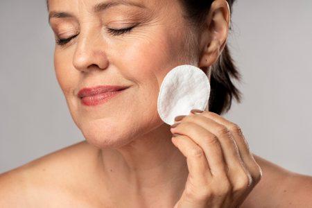 Ušli ste u pedesete? 5 jednostavnih SAVETA kako da se našminkate i prikrijete BORE na licu