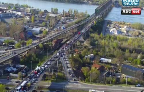 Vozila mile u Beogradu: U špicu GUŽVA na sve strane, a najgore je na ova dva mosta (FOTO)