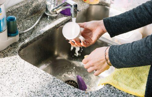 Ako ovo radite, pravite veliku GREŠKU: Ove 4 stvari ne smete da bacate u odvod od sudopere!