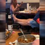 Njima treba ZABRANITI ulazak u restoran: Stavljaju noge na stolicu, prave LOM i ne mogu da obuzdaju decu