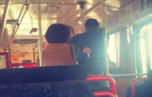 Žestoka TUČA vozača i putnika gradskog autobusa: Žena pokušala da ih smiri, a onda se pojavio on (VIDEO)