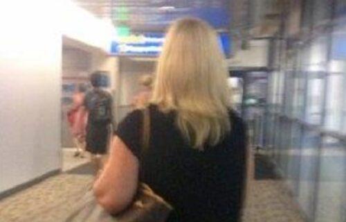 Šta joj je to na ZADNJICI? Žena na aerodromu šokirala putnike, vadili telefone da je slikaju (FOTO)