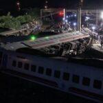 Voz sa 350 putnika izleteo iz šina u Tajvanu: Ima poginulih, spasioci jedva prilaze olupini (FOTO)
