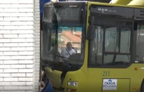 Panika i HAOS na stanici u Šapcu! Autobus se zabio u zid kafića i PROBIO zaštitnu ogradu (FOTO)