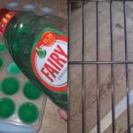 Čišćenje rešetki iz rerne postaje najlakši posao na svetu: Samo zamrznite DETERDŽENT za pranje sudova