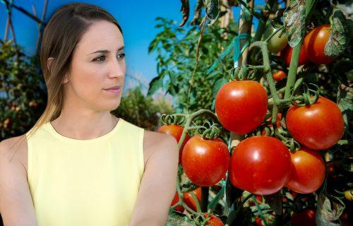 Gajila paradajz i krila MRAČNU TAJNU: Setila se šta joj je deda uradio kad je imala 15 i sve se promenilo