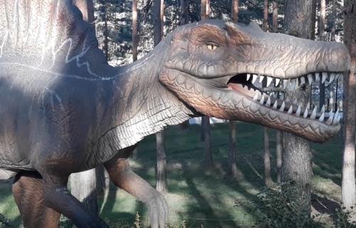 Čovek nađen mrtav u statui dinosaurusa: Nastradao zbog MOBILNOG TELEFONA