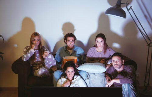 Istraživanje pokazalo: Preterano gledanje televizije neće oštetiti samo vašu kičmu, već i MOZAK