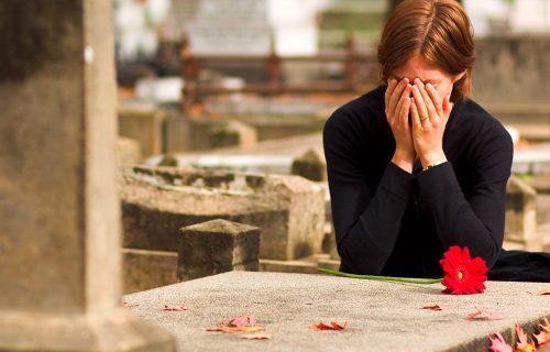 Umro tokom ODNOSA sa ljubavnicom, a kada vidite šta mu je supruga isklesala na GROBU neće vam biti dobro!