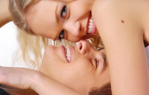 Dok vodimo ljubav, ona uvek traži ISTU stvar od mene, a zatim sledi 5 najvrelijih minuta!