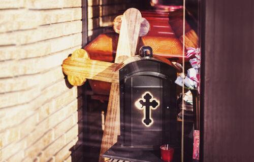 Pogrebno preduzeće poslalo morbidnu, ali SMEHOTRESNU poruku svima koji ne žele da se vakcinišu (FOTO)