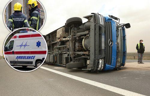 Dve TEŠKE nesreće na auto-putu: Šleper se poprečio i udario u bankinu, zastoji na putu