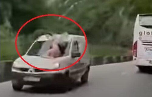 ŠOK! Banjalučanka sela na auto u pokretu POLUGOLA: Kamera sve zabeležila, razlog je BIZARAN (VIDEO)