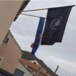 Novi SKANDAL u Hrvatskoj: Sveštenik okačio zastavu s ustaškom parolom, građani je gađali jajima (FOTO)