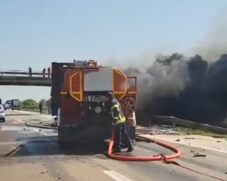 Stravičan snimak kamiona u plamenu: Veliki požar izbio posle sudara dva kamiona kod Starog Sela (VIDEO)