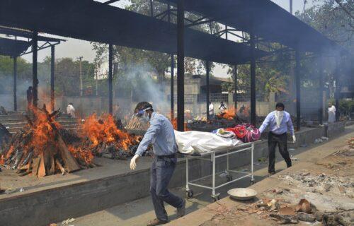 Jezive scene u KORONA PAKLU: U Indiji 400.000 zaraženih u jednom danu, mrtve pale gde stignu (FOTO)