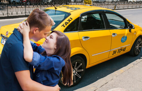 Taksista je 15 minuta čekao dok se par LJUBIO: Dečko pitao za cenu, pa čuo REČENICU koja ga je šokirala